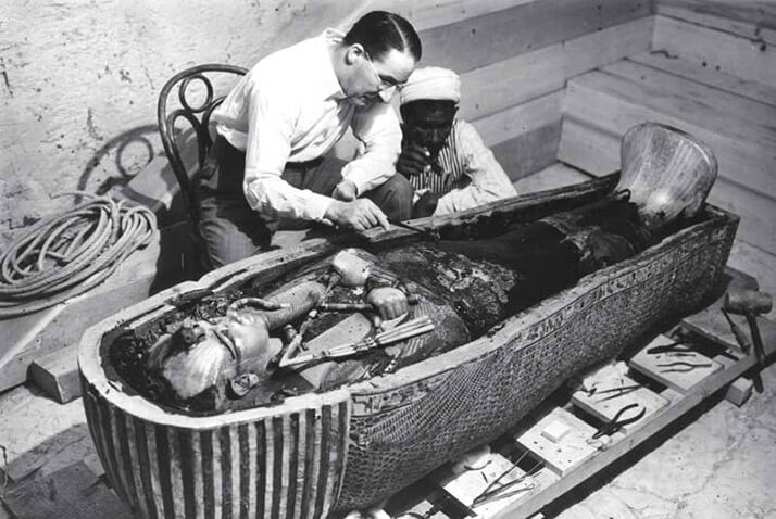 Howard Carter při práci (The New York Times)